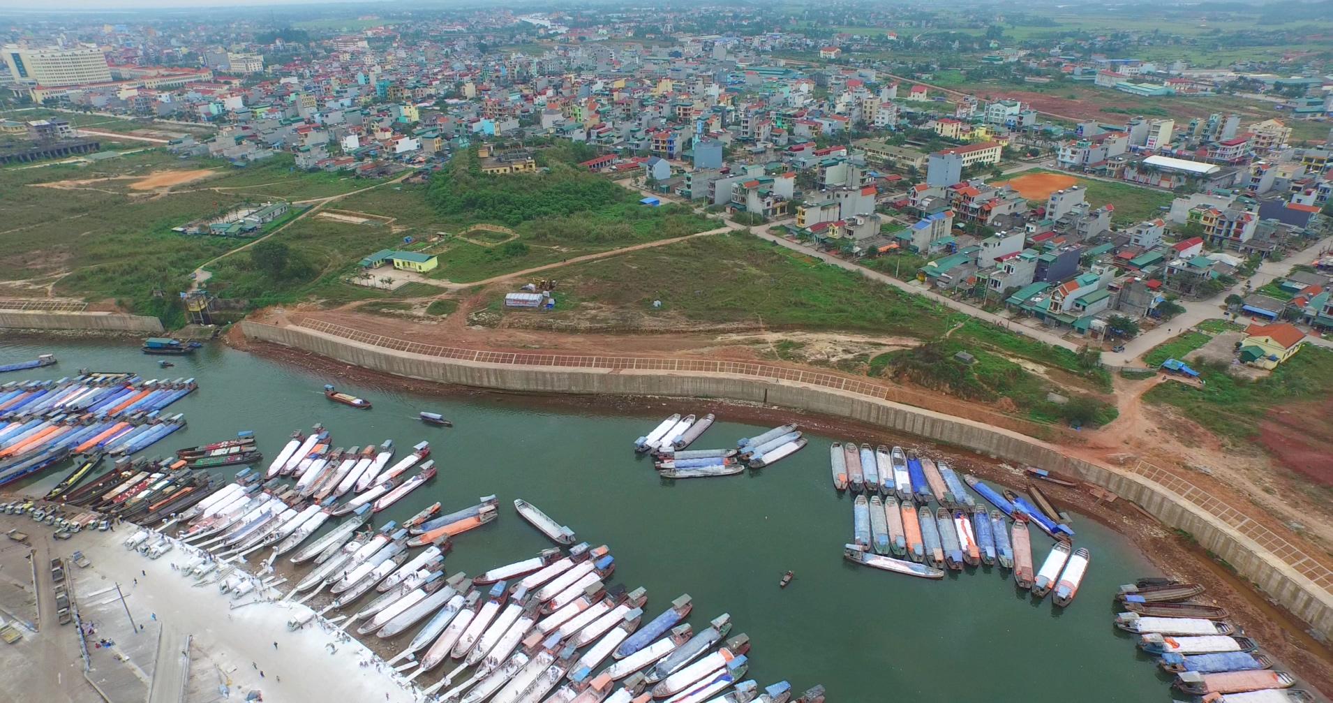 东兴越南贸易码头繁华景象