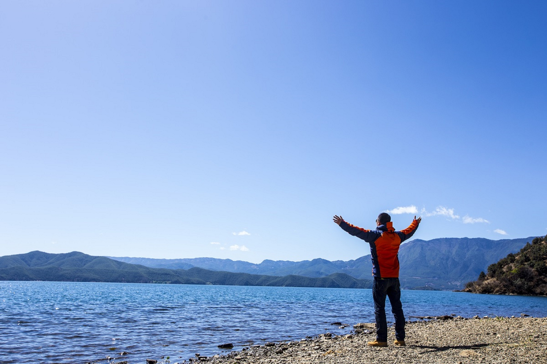 拥抱泸沽湖