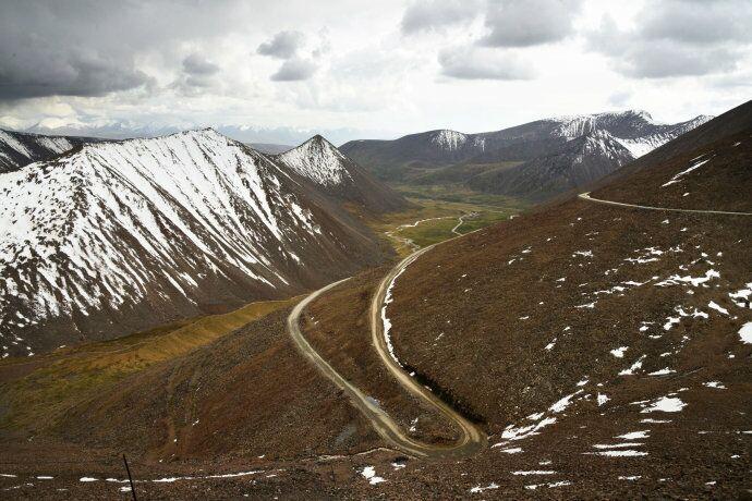 回乌鲁木齐时走的216国道,100公里石子路,路况极差随时有爆胎风险(此图来自网络) ... ... ... ... ... . ...