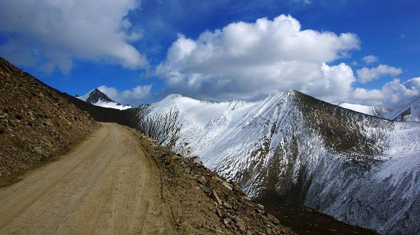 216国道巴仑台至乌鲁木齐其中近100公里都是这种路,期间还要盘山翻阅海拔4200多米的胜利达版,由于塌方和落 ...