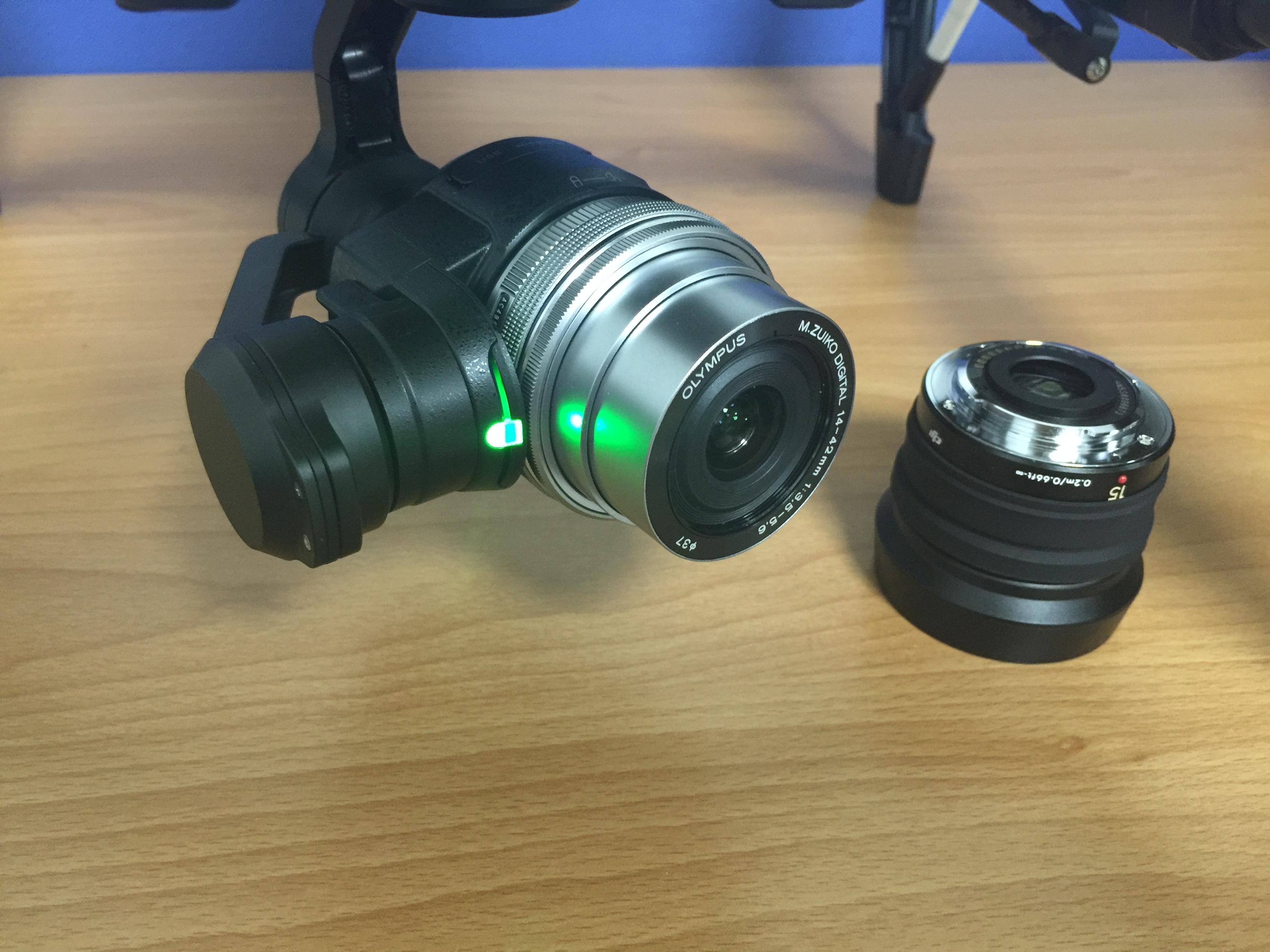 安装后镜头会自动伸出,但是断电后收不回来