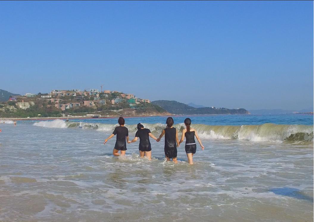 在海边玩耍的美女