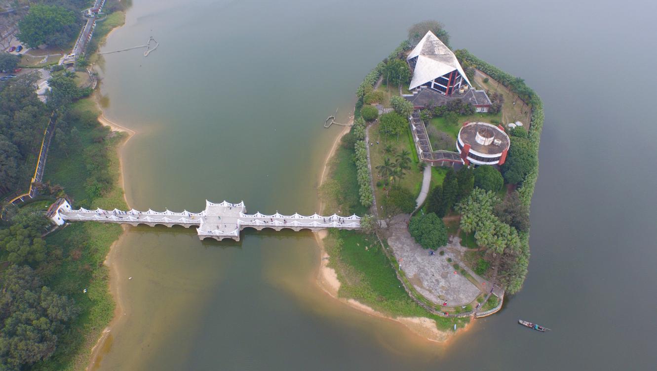 湖中央有个非常小的小岛.png