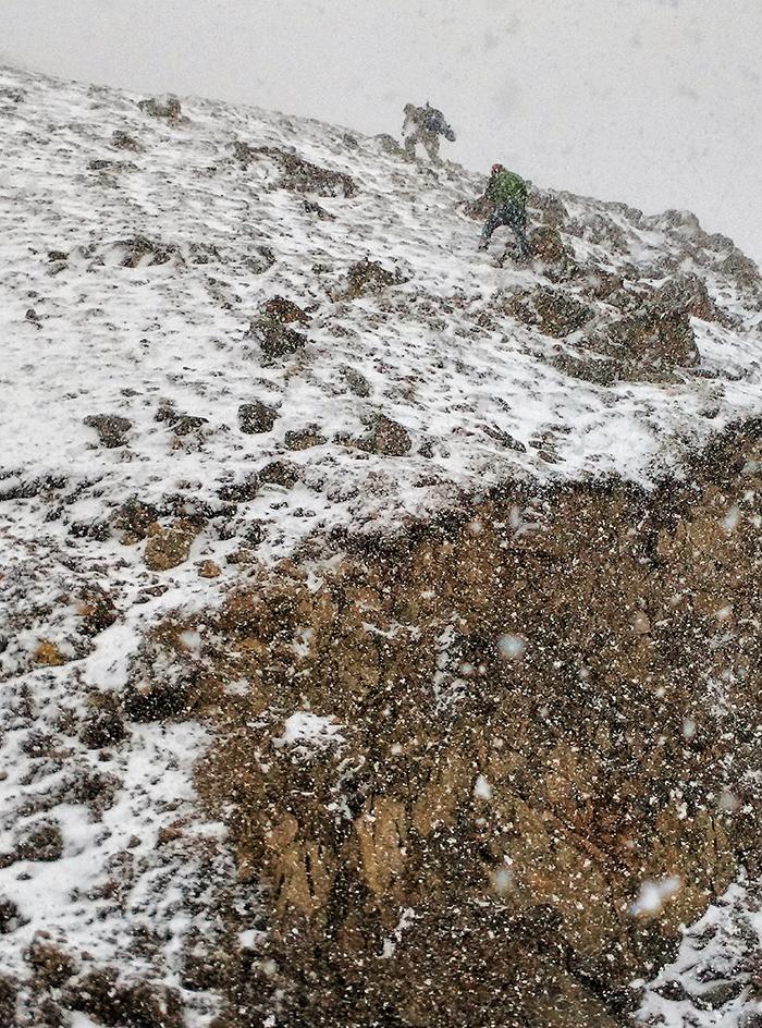 20160322东达山,风力八级,暴风雪越来越猛,下方是垂直的山壁,一步一滑,雪花打到耳.jpg