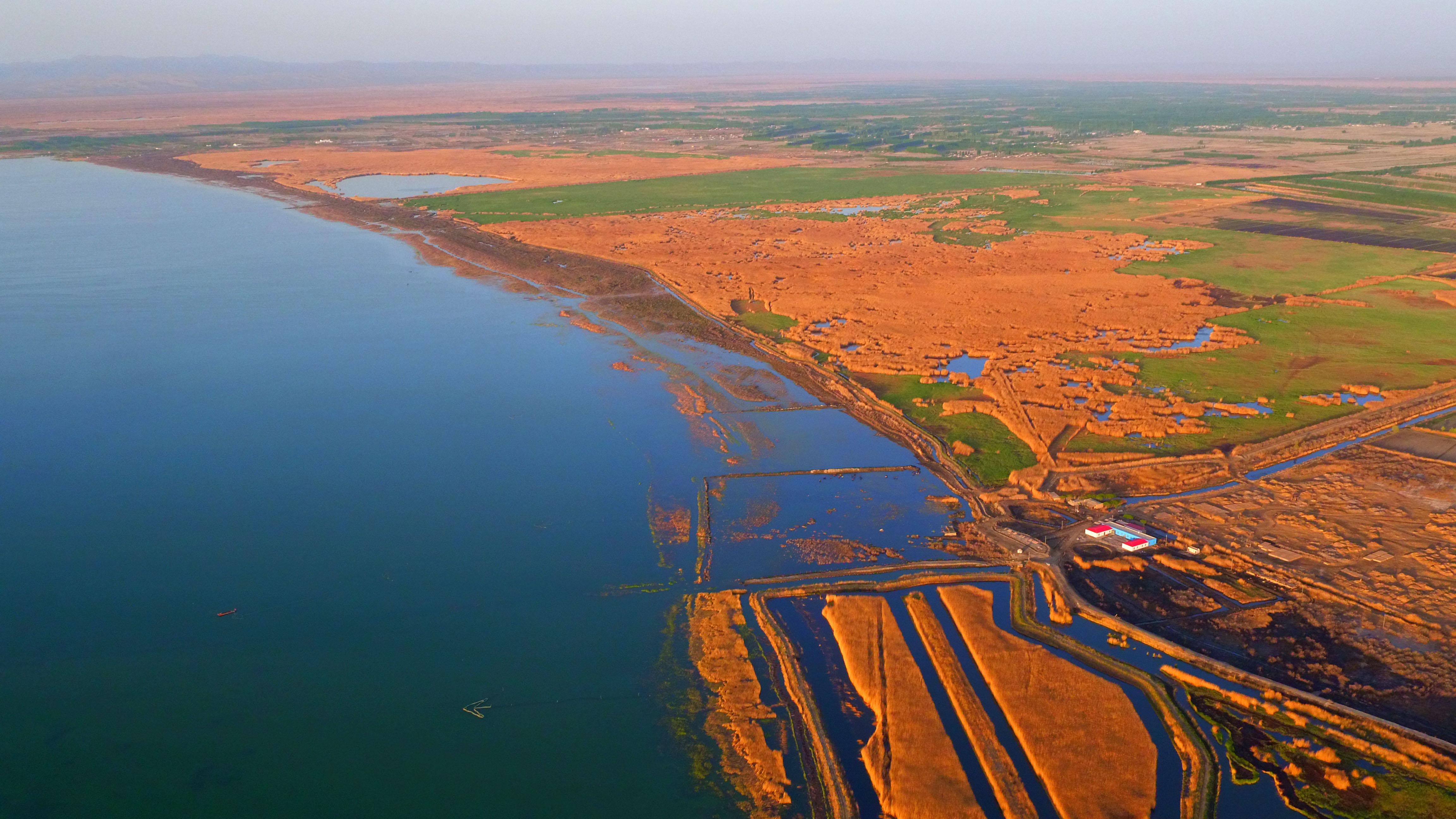 这是2016年4月21日航拍的新疆博斯腾湖情景。