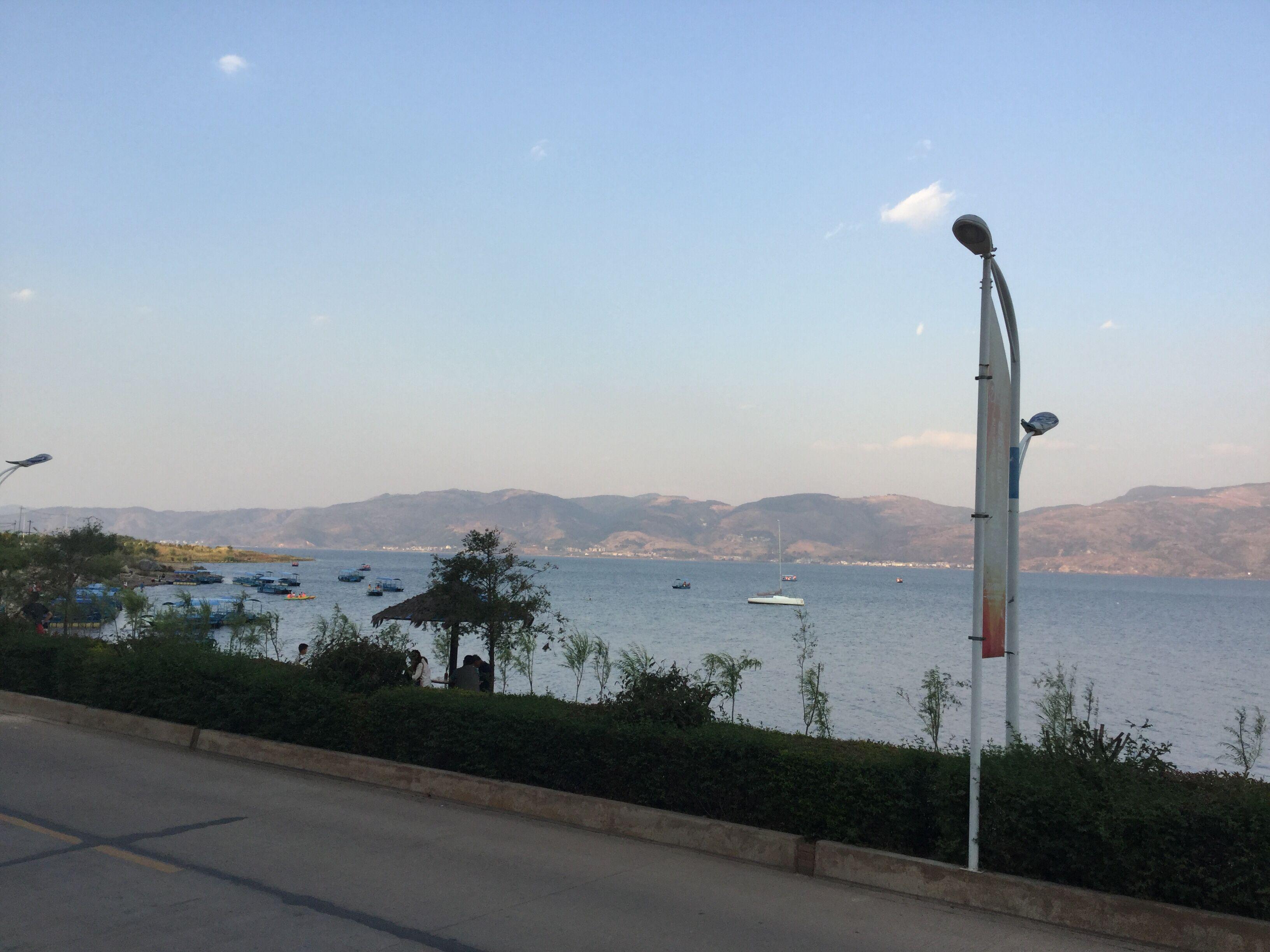 抚仙湖岸边用Ipad拍摄