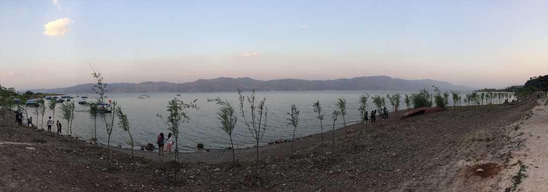 抚仙湖岸边全景图